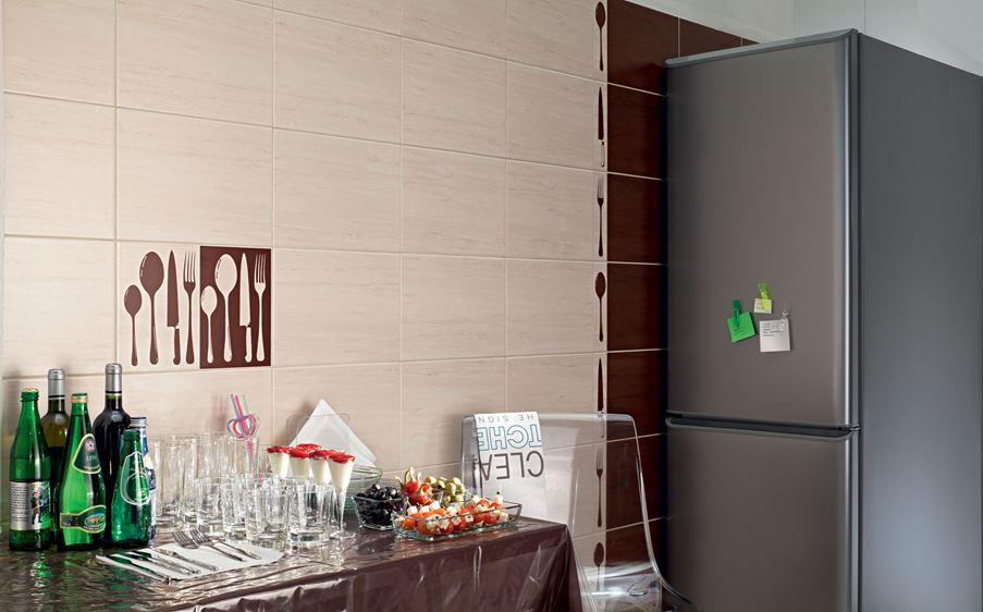 Kuchenna ściana z dekorami.