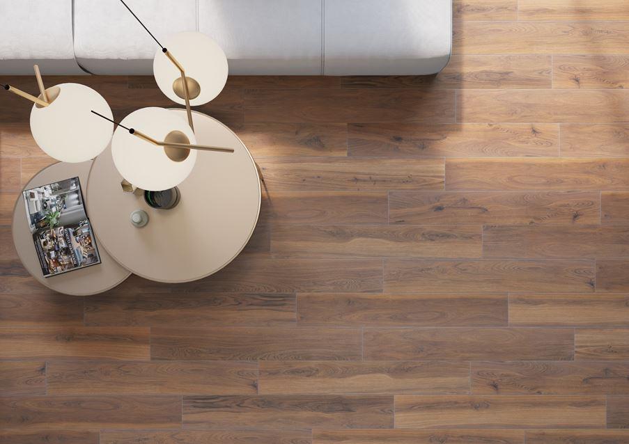 Płytka drewnopodobna Cerrad Acero Marrone w salonie